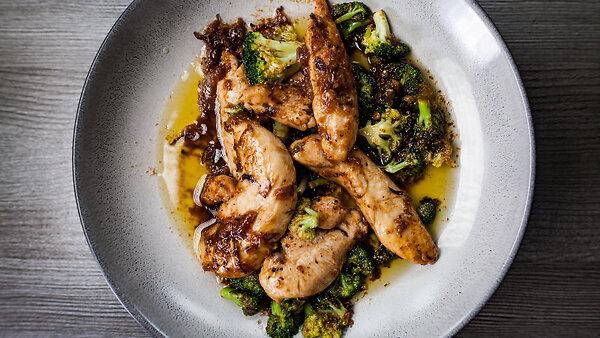Курица с брокколи в черном перце: рецепт от Александра Бельковича