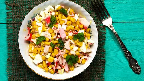 Крабовый салат с кукурузой и огурцами: рецепт хита новогоднего стола
