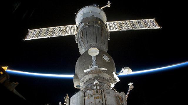 «Контрабанда» спиртного на орбитальной станции: российские космонавты провозили бутылки в книгах, прятали их в скафандрах и худели, чтобы обойти запрет (Daily Mail, Великобритания)