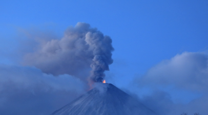 На Камчатке вулкан выбросил парогазовый столб с пеплом на высоту 6 км