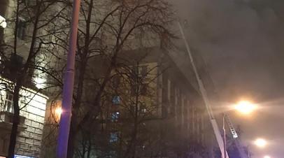 МЧС привлекло дополнительные силы для тушения пожара в Москве
