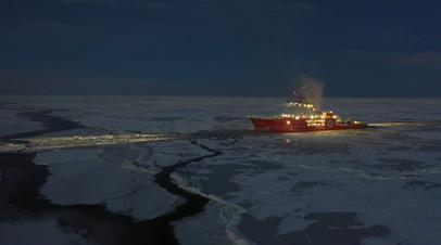 Экипаж ледокола спас двух рыбаков со льдины в Карском море