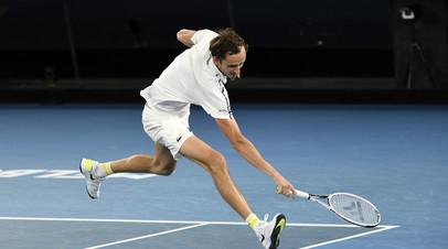 Медведев сломал ракетку в финале Australian Open