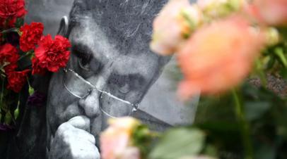 Послы США, Британии и Латвии возложили цветы к месту убийства Немцова