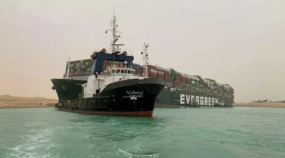 Снятое с мели в Суэцком канале судно начало движение на север