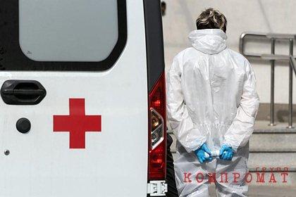 Россиянин устроил дебош в подвозившей его домой скорой, выпал из нее и погиб