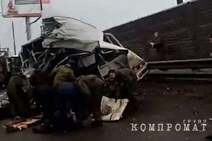 Грузовик протаранил колонну автобусов с военными в Подмосковье