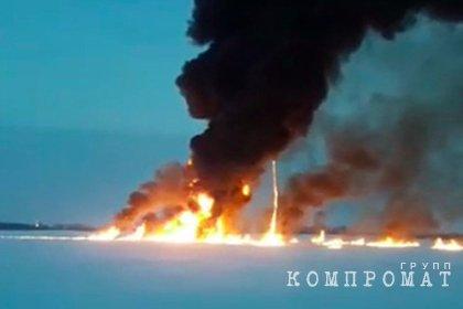 Власти назвали возможную причину пожара на реке Обь