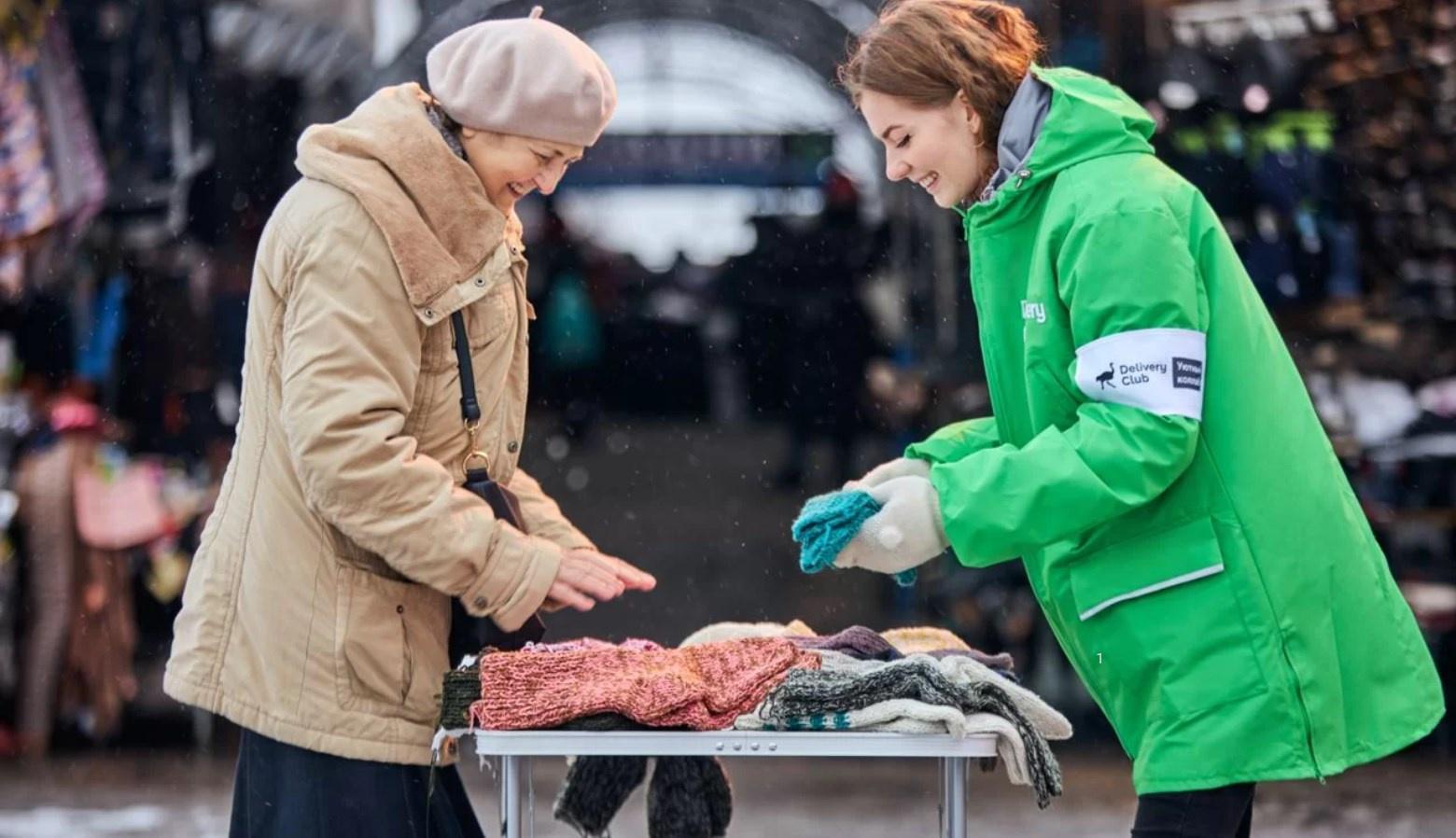 Delivery Club планирует скупить вязаные вещи у бабушек — поддержать пенсионеров и утеплить своих курьеров