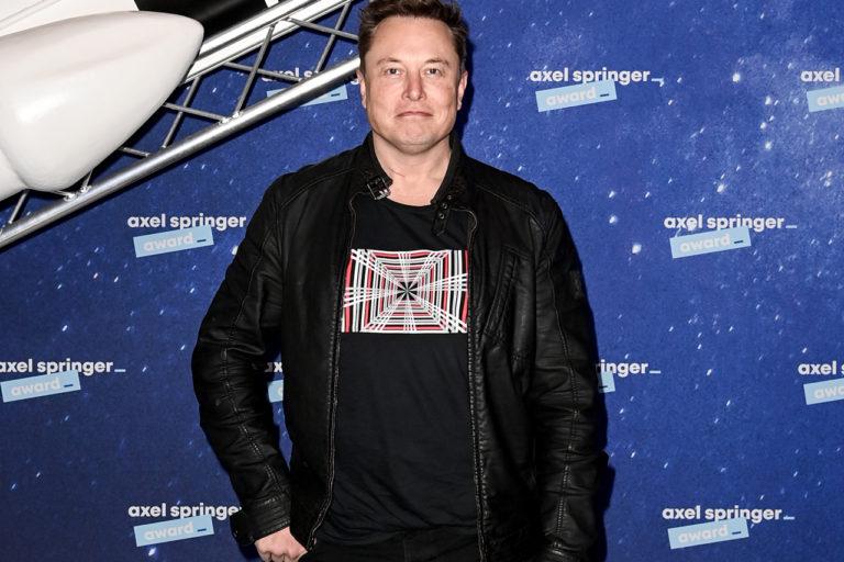 Илон Маск купил билет в космос. Он полетит на Virgin Galactic.
