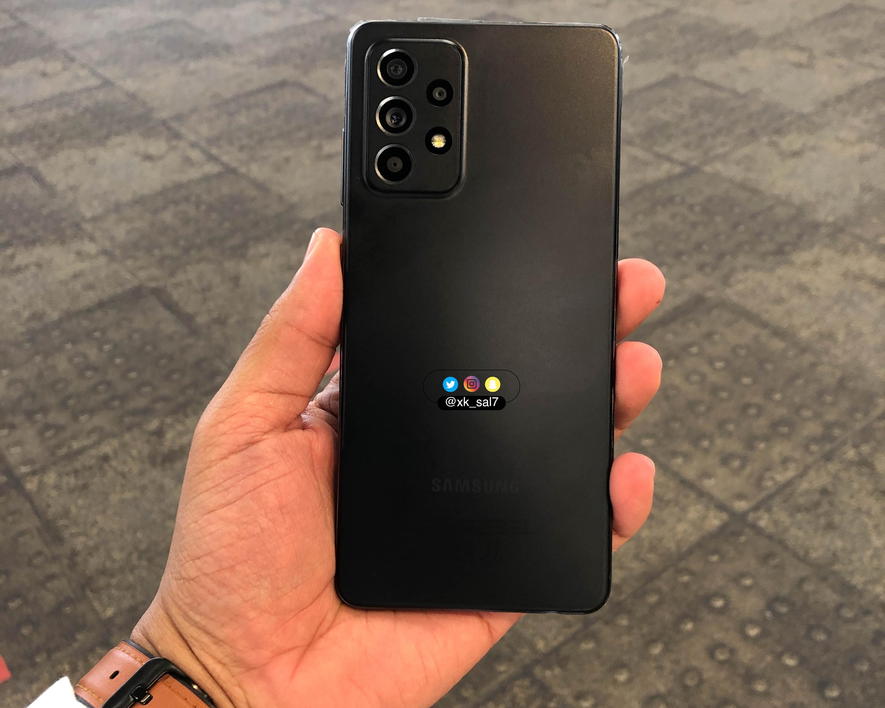 Samsung Galaxy A52 «засветился» фотографиях и видео: матовая расцветка, квадро-камеру и защита от воды IP67