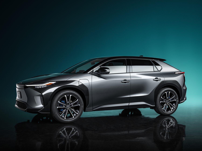 Первый электромобиль нового бренда: Toyota показала кроссовер bZ4X на платформе e-TNGA со штурвалом вместо руля