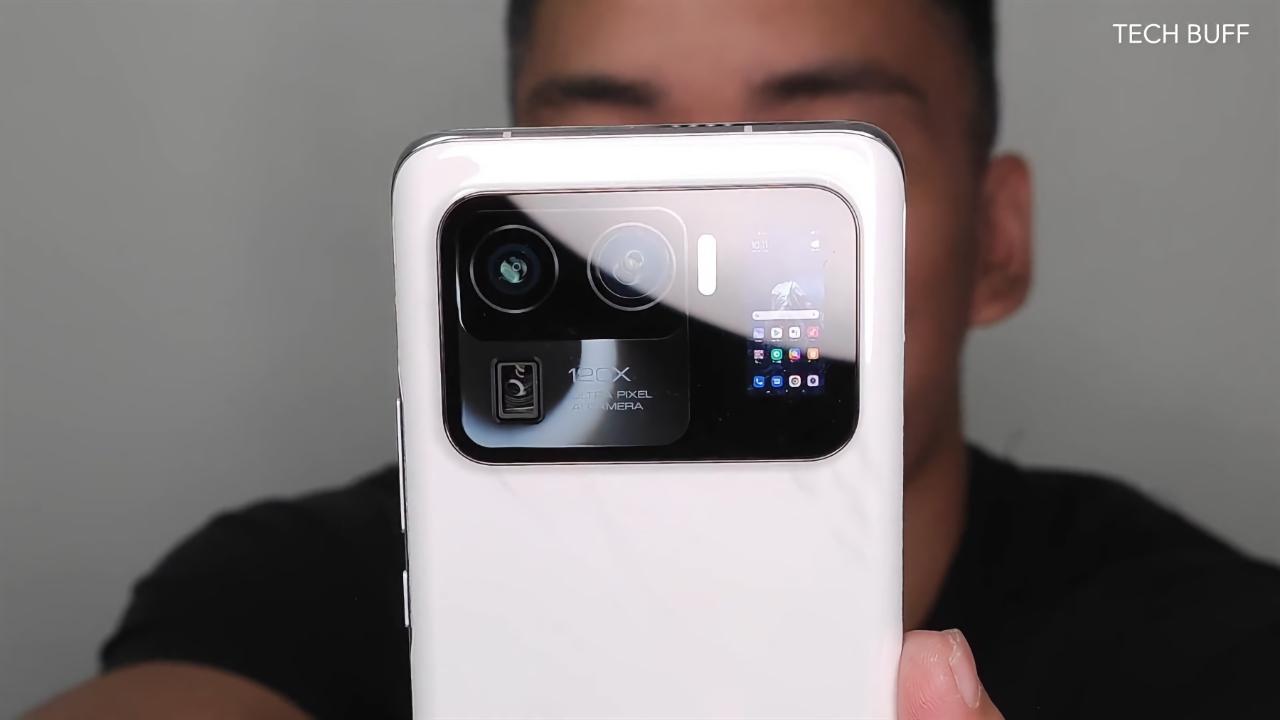 Верится с трудом, но это неанонсированный Xiaomi Mi 11 Ultra с гигантской камерой и дополнительным экраном на задней стороне