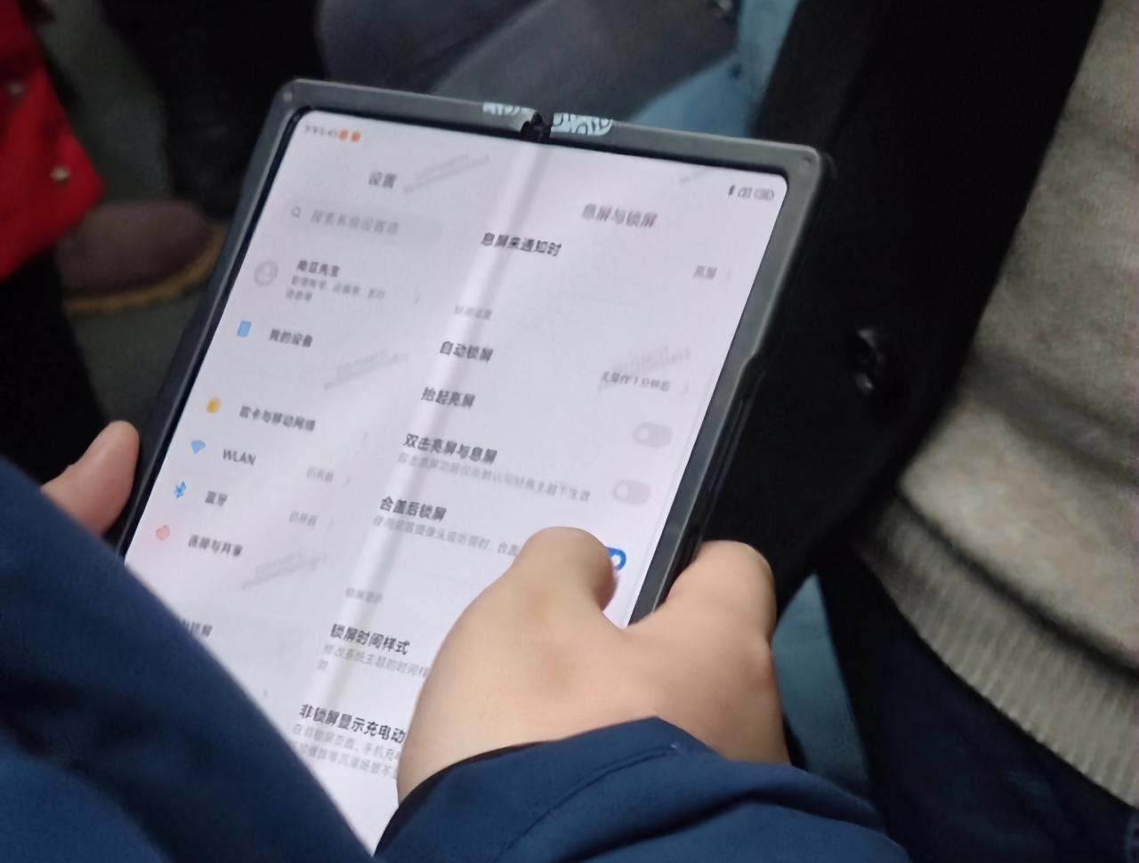 Новый складной смартфон Xiaomi появился на «живых» фотографиях с MIUI 12 на борту