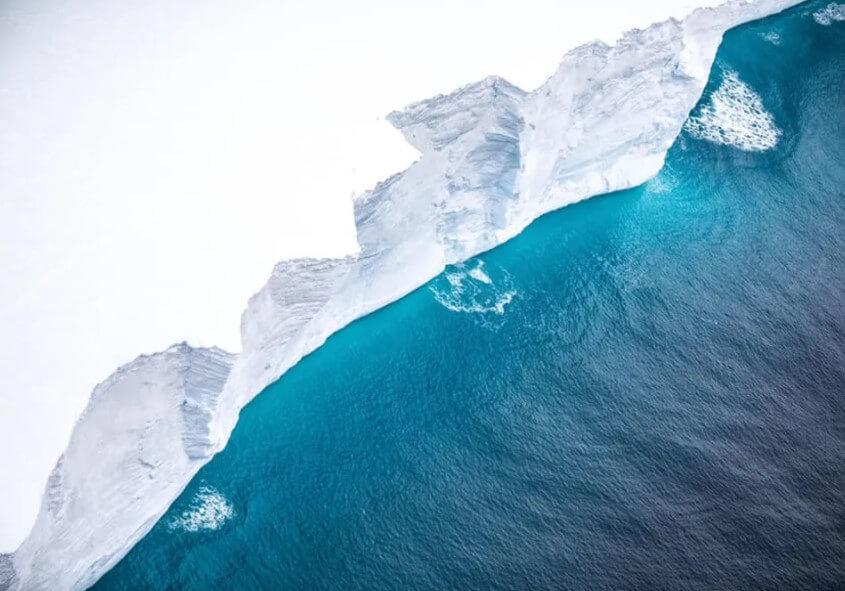 Самый большой в мире айсберг начал разрушаться