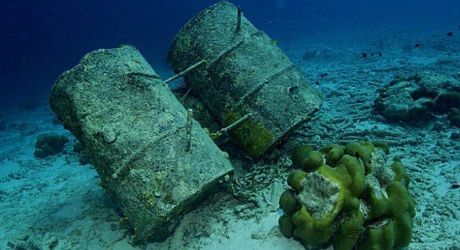 На дне океана обнаружены 25 тысяч бочек с химикатами. Чем они опасны?