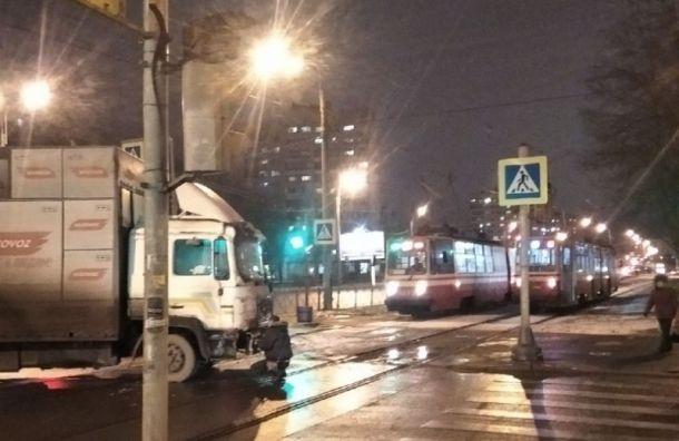 Грузовик остановил движение трамваев по проспекту Ветеранов