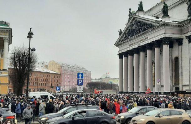 Полиция оттеснила протестующих с Сенатской на Исаакиевскую площадь