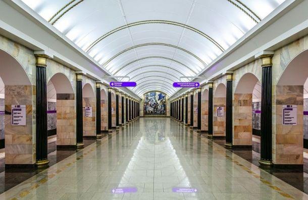 Станцию метро 'Адмиралтейская' закрыли на выход