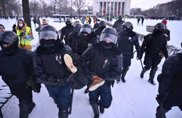 Первые массовые задержания начались на Пионерской площади у ТЮЗа