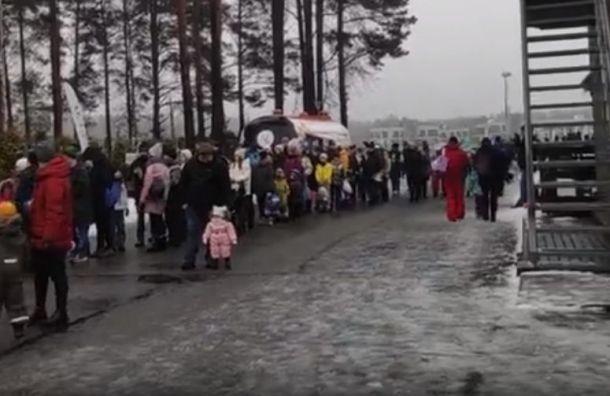 Петербуржцы сфотографировали огромные очереди в 'Охта-парк'