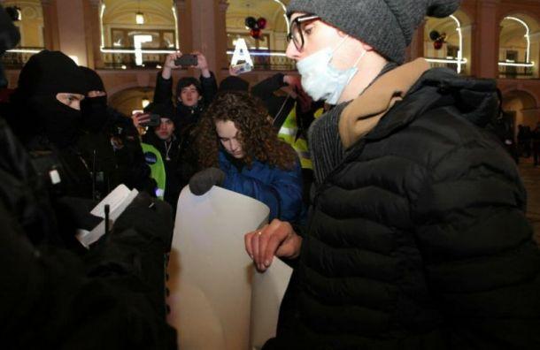Первые задержания начались у Гостиного Двора в Петербурге