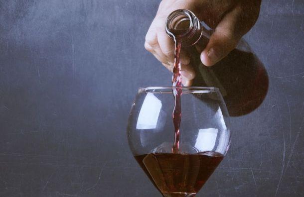 Петербурженка выпила бокал вина за 89 тысяч рублей и отказалась платить