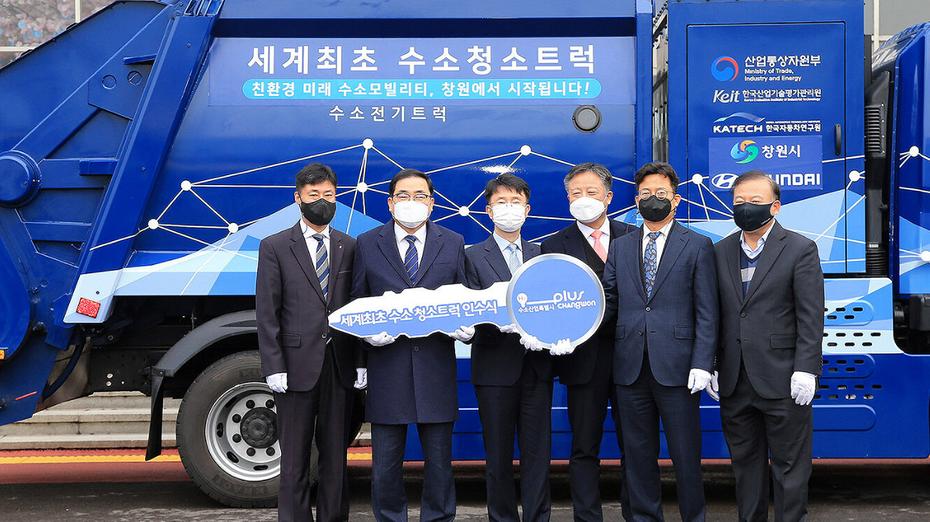 Заработал первый в мире мусоровоз на водородном топливе