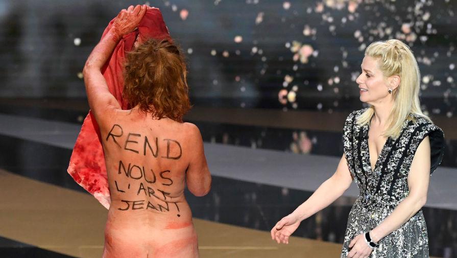 Актриса разделась на кинопремии 'Сезар' в качестве протеста против COVID-мер