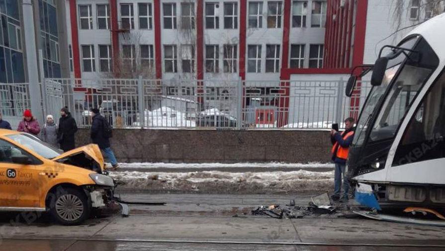 В центре Москвы такси врезалось в трамвай