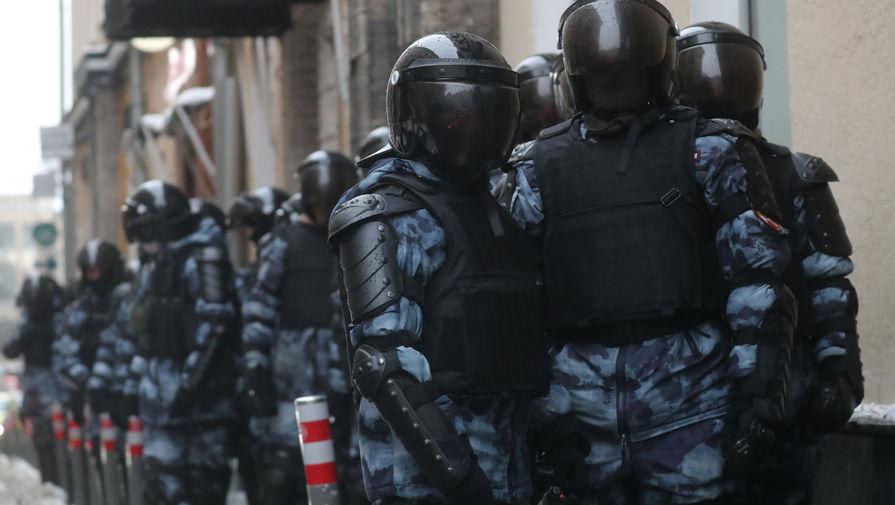 Провокаторы на незаконной акции в Москве начали потасовки с полицией