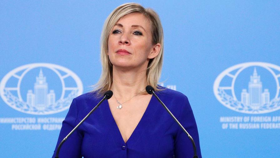 Захарова прокомментировала инцидент с падением Байдена на трапе самолета