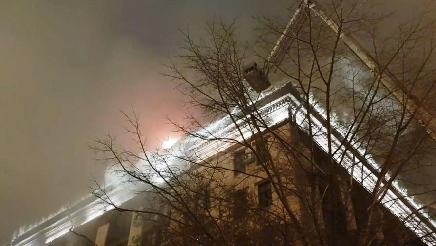Сто человек эвакуированы из-за пожара в здании на севере Москвы