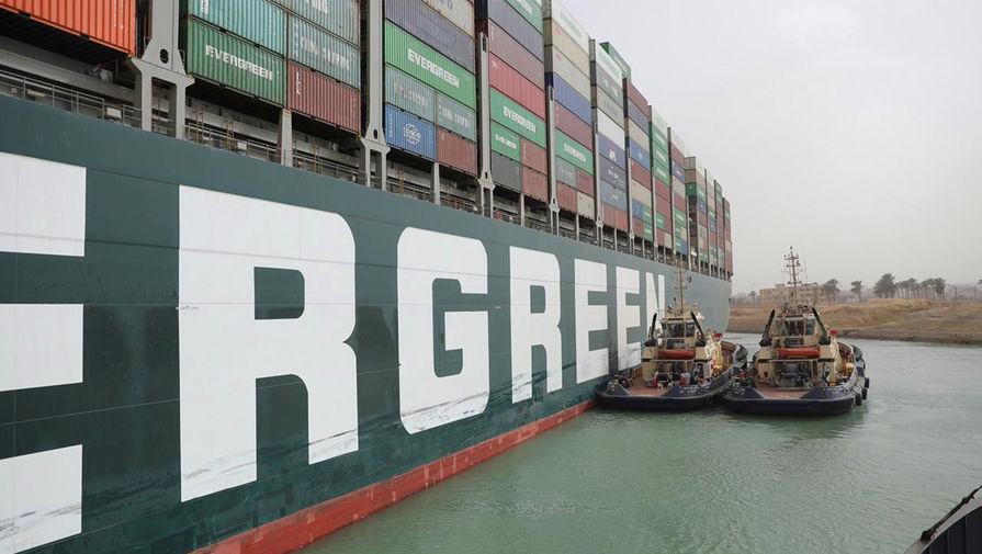 Вокруг перекрывшего Суэцкий канал судна начали углублять дно