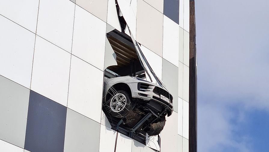 В Москве автомобиль пробил стену паркинга