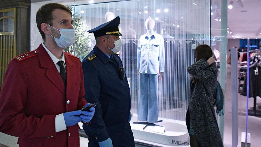 В красноярском ТЦ полицейские скрутили посетителя без маски
