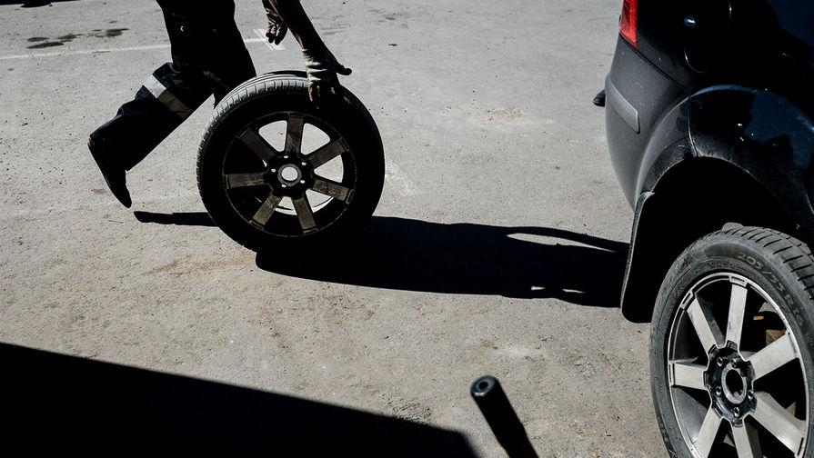 Россиянам посоветовали не торопиться со сменой резины на автомобиле