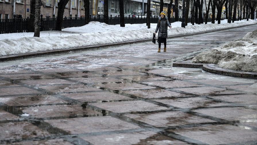 Жителей Москвы предупредили о гололеде на дорогах до конца дня