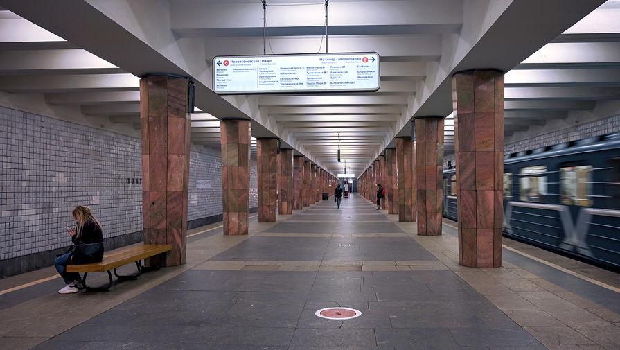 Спрыгнувшему под поезд московского метро мужчине пригрозили штрафом в 1 млн рублей
