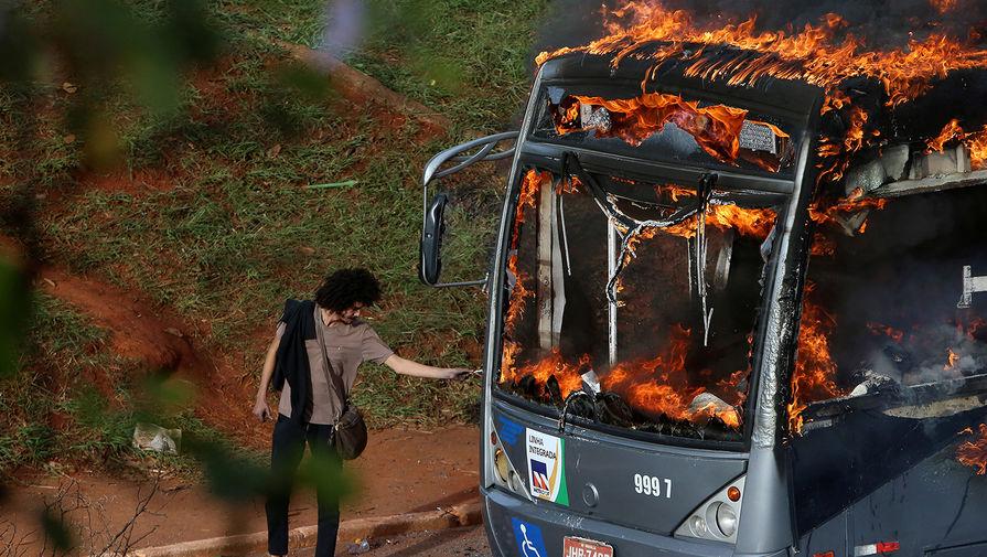 В результате падения автобуса с эстакады в Бразилии погибли 17 человек