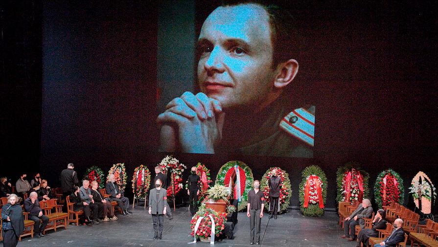 Вдова Андрея Мягкова не появилась на церемонии прощания с актером