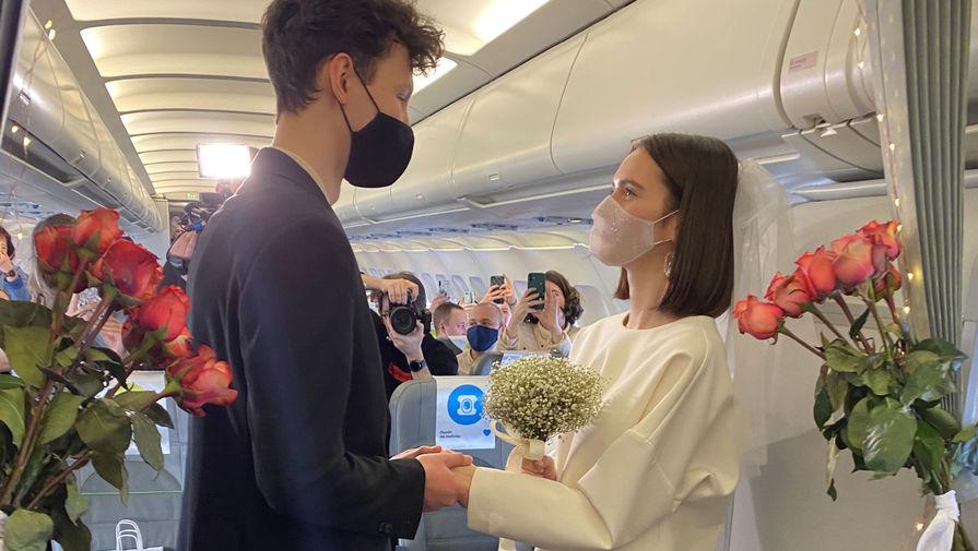 В России состоялась первая свадьба в небе