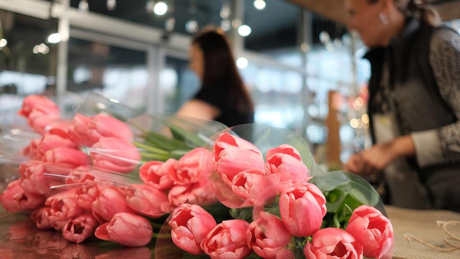 Россиянки назвали цветы самым желанным и бесполезным подарком на 8 Марта