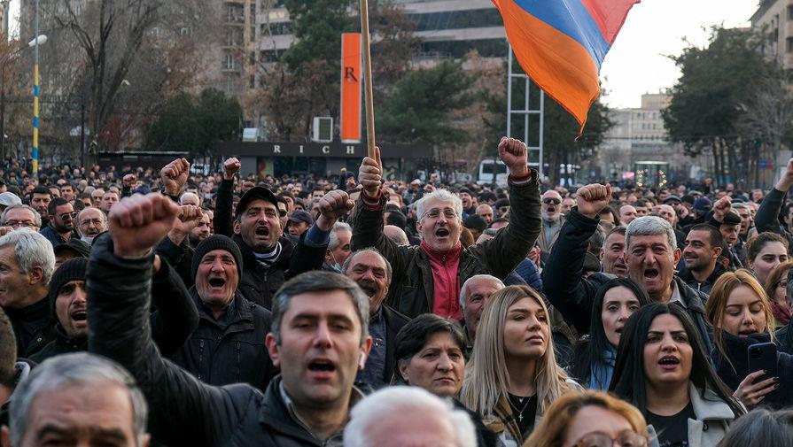 Около двух сотен противников Пашиняна ночуют у парламента в Ереване