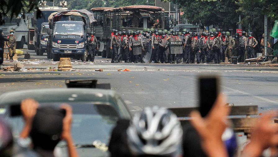 Еще 12 человек погибли в Мьянме на протестах