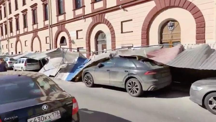 В центре Петербурга на припаркованные автомобили упал строительный забор