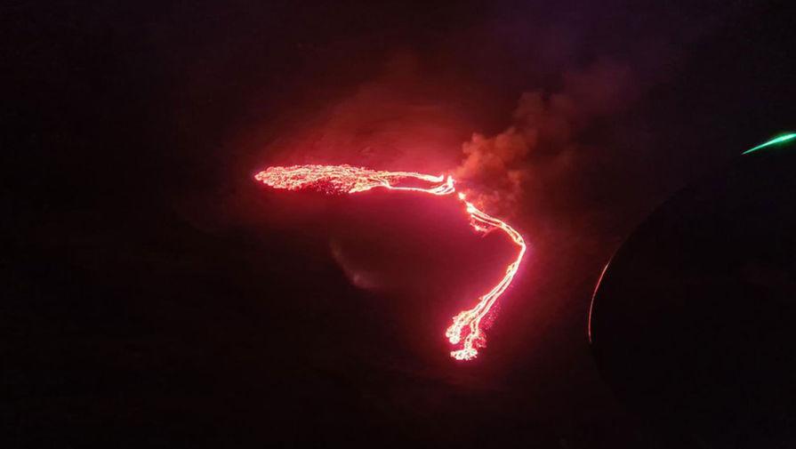 В Гватемале над вулканом Пакая замечены молнии.