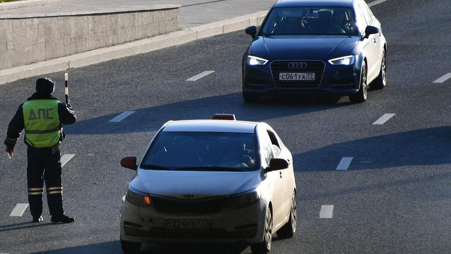 В Москве несколько машин устроили опасные маневры, а затем перекрыли Варшавское шоссе