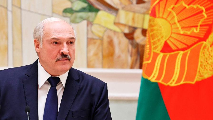 Лукашенко заявил о готовности защищать страну 'на танке, БМП, с автоматом в руках'