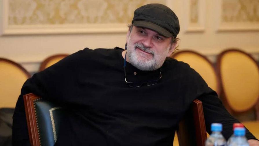 Режиссера Могучего раскритиковали за то, что он не снял кепку перед министром культуры